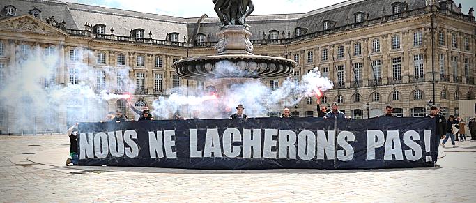Les Ultramarines déploient des bâches dans Bordeaux